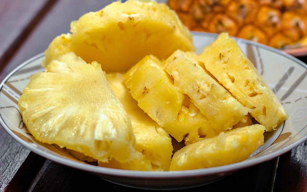 slicing-cut-slice-picking-choosing-perfect-pineapple-vatsanas-seasoning
