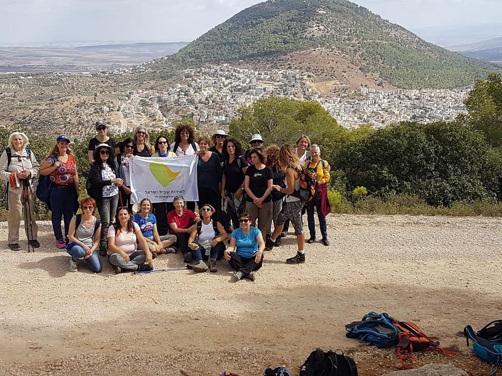 מאירות שביל ישראל יורדות מהר דבורה לרקע הר התבור