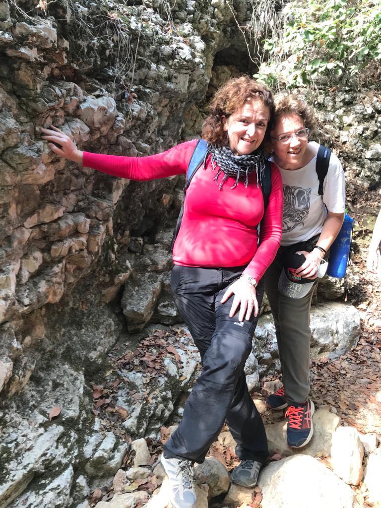 מאירות שביל ישראל נשים מטיילות יחד מסלול 41 בנחל רקפת