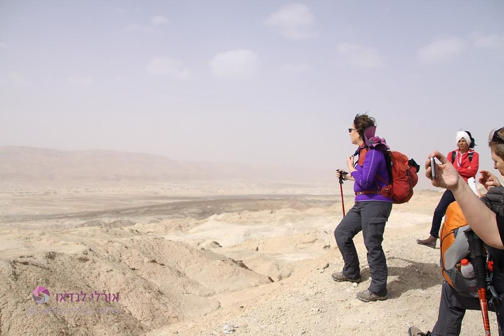 מאירות שביל ישראל בהר סדום בתצפית על מישור עמיעז