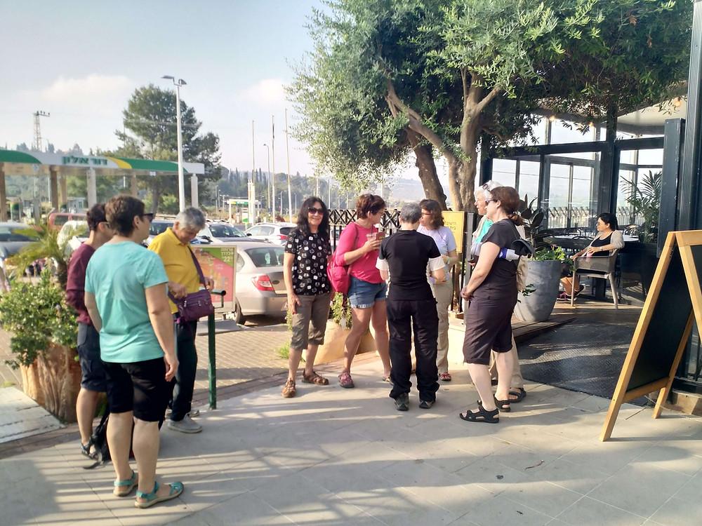 מאירות שביל ישראל נשים מטיילות יחד בדרך לואדי קלט נחל פרת