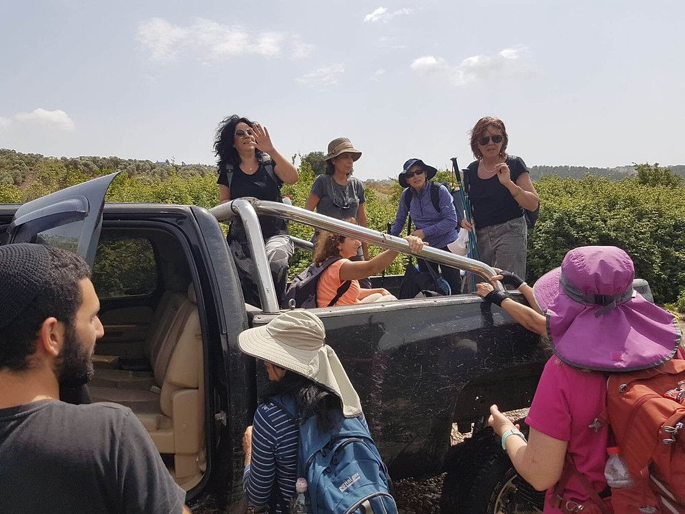 מאירות שביל ישראל מטפסות על רכב ההצלה חחח