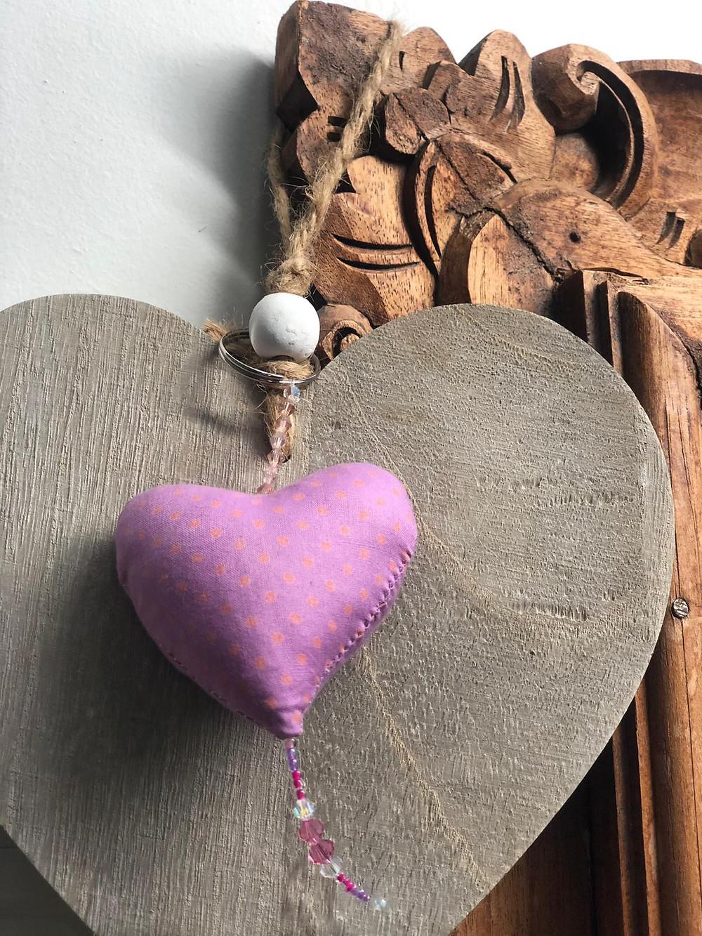 מאירות שביל ישראל עם מחזיק מפתחות של מתנות קטנות בסימן חברתי