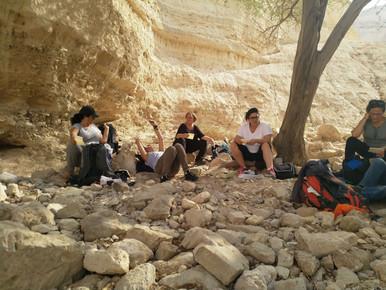 מאירות שביל ישראל יושבות למרגלות מצד זהר