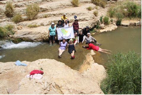 מאירות שביל ישראל נשים מטיילות יחד בואדי קלט