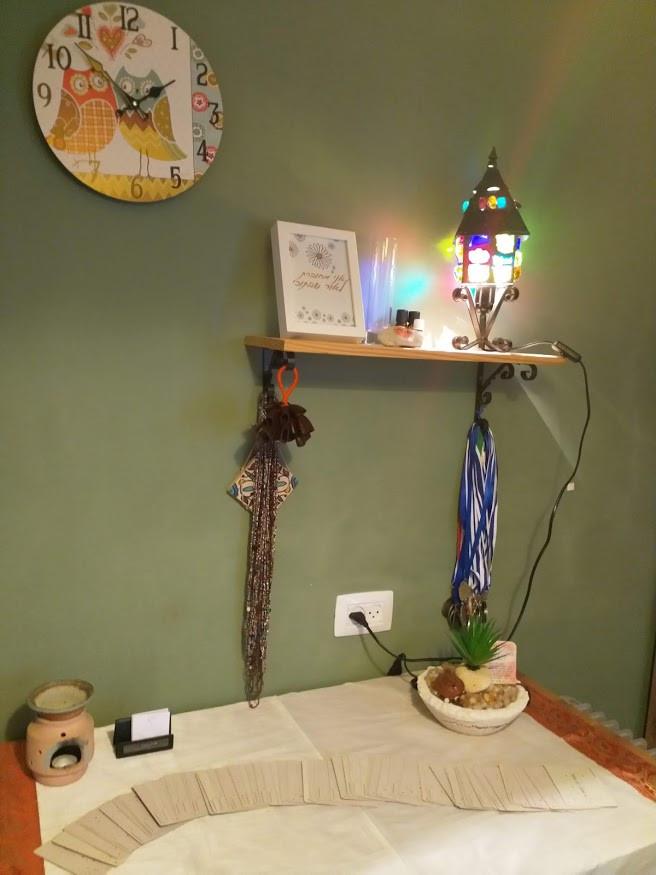 מנורת אבני חן מ פרס- עבודת יד מעטרת את הקליניקה שלי
