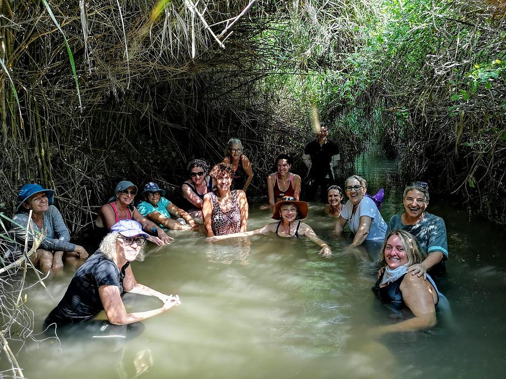 מאירות שביל ישראל טובלות בנחל תנינים בבריכת עין עמיקם
