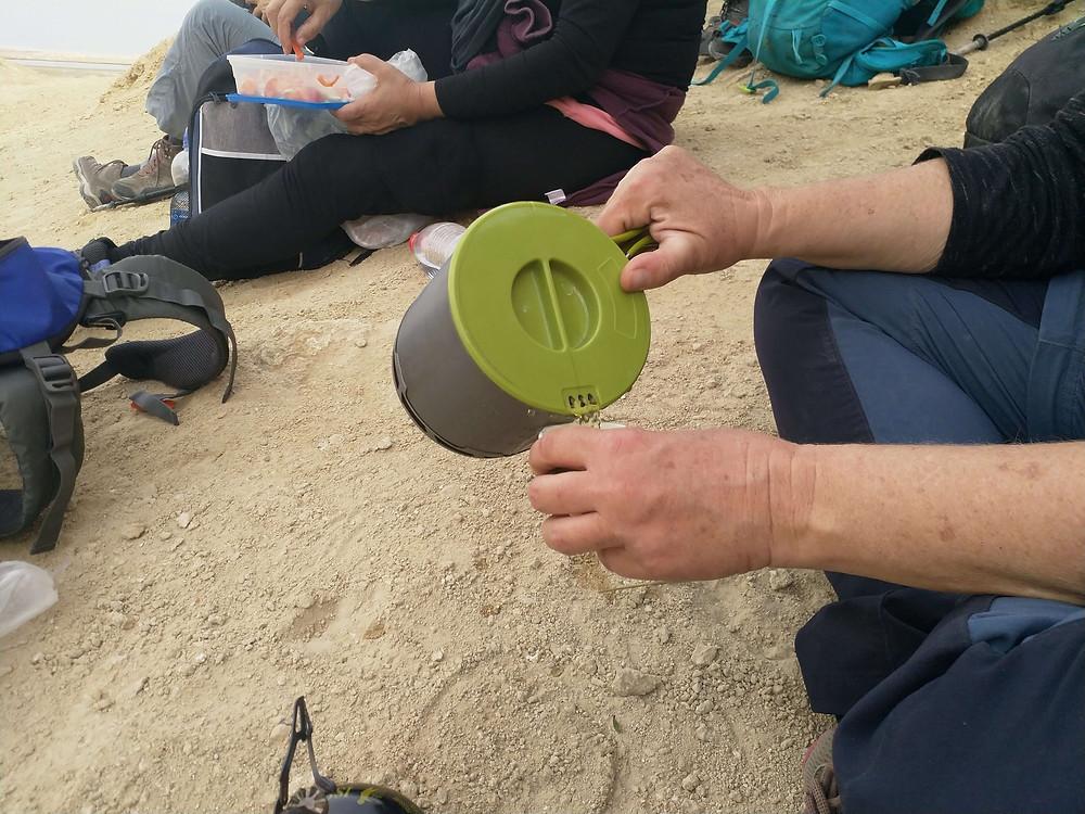 מאירות שביל ישראל מכינות תה בהר סדום