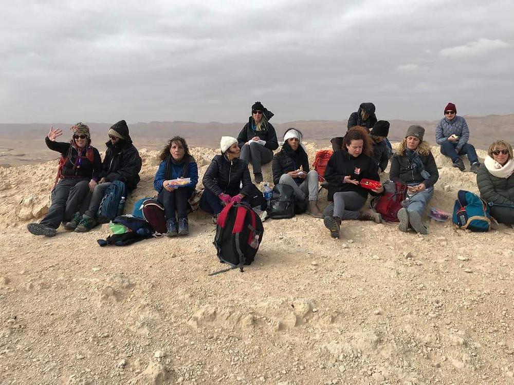 מאירות שביל ישראל יושבות בפסגת הסנפיר הגדול