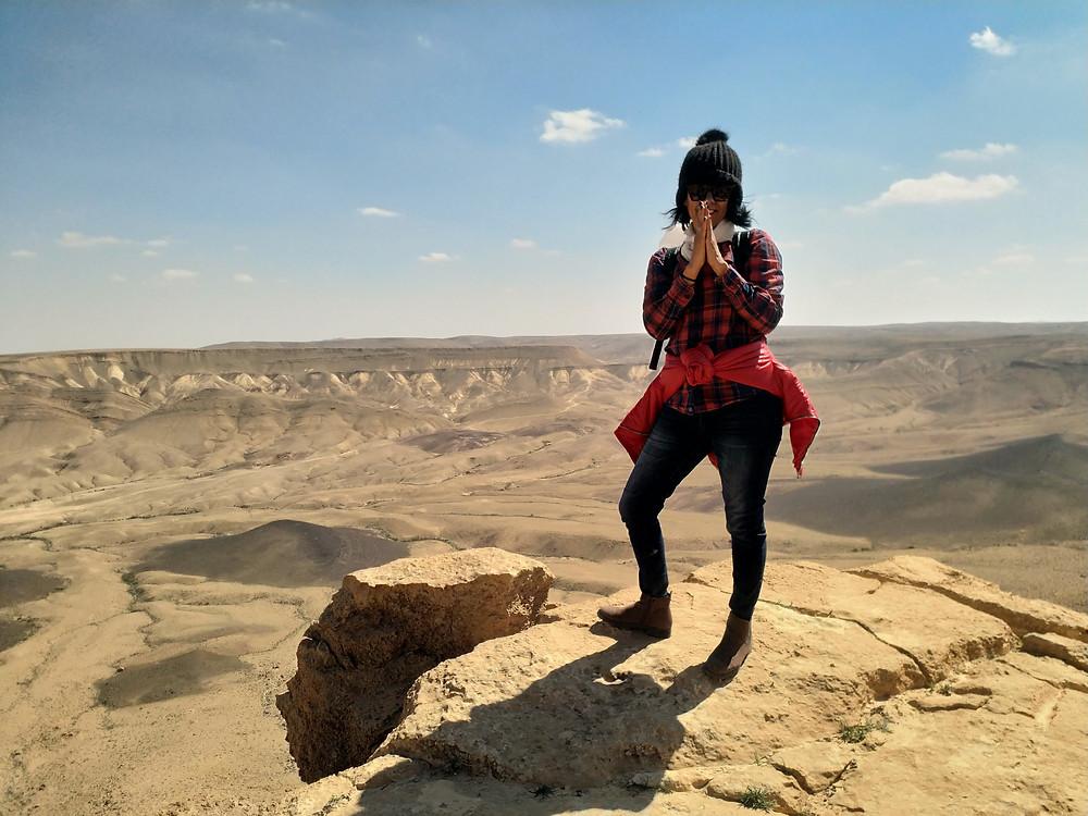 אורנה- מטיילת עם מאירות שביל ישראל על הקצה- במכתש רמון