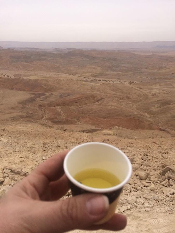 מאירות שביל ישראל מכינות כוס תה בשטח