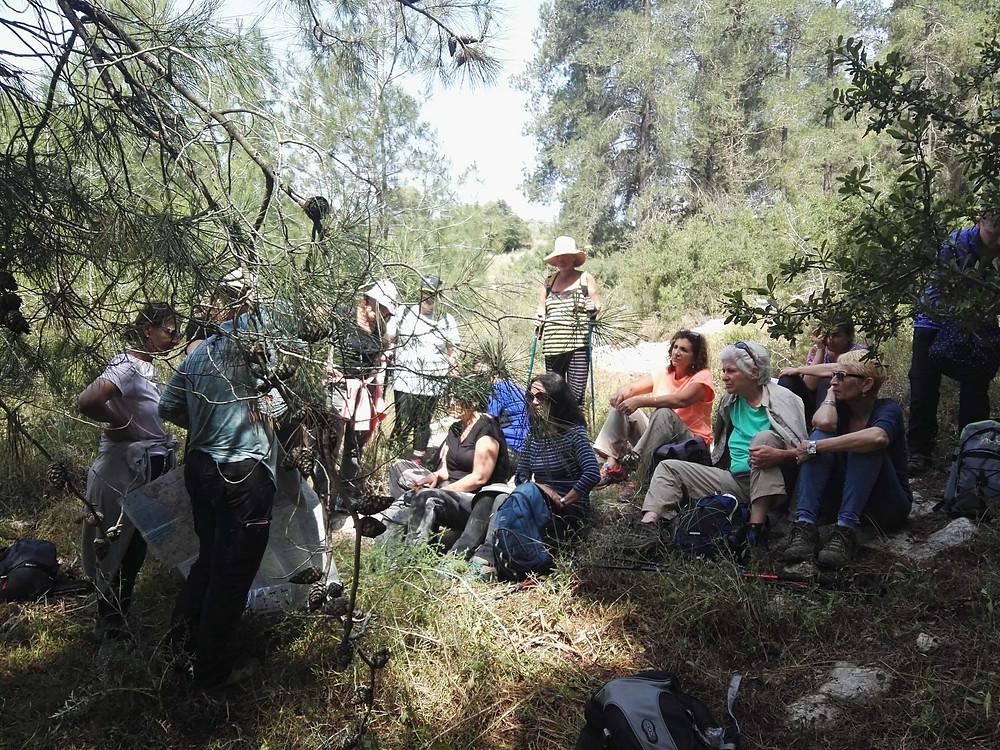מאירות שביל ישראל בהפסקת קפה בשטח