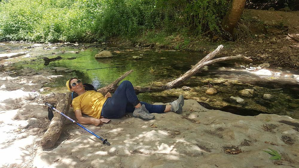מנוחה ליד המים בעין טמיר