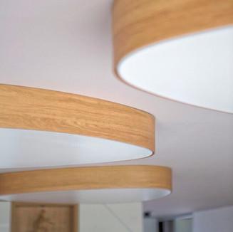 dreveny-svetelny-strop-drevodekor.jpg