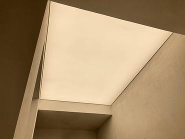 Svetelnestropy-carlton-savoy-celoplosny-strop-(1).png