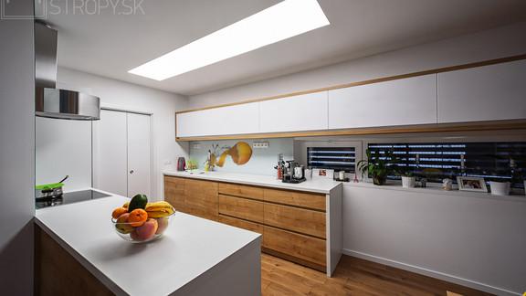 Svetelne Stropy RD so zapustenym REC CUSTOM v kuchyni a celostropnym podsvietenym stropom