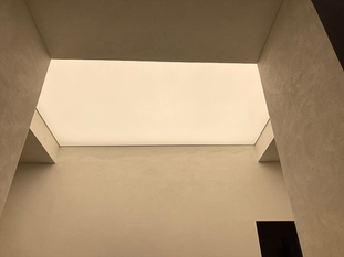 Svetelnestropy-carlton-savoy-celoplosny-strop-(2).png