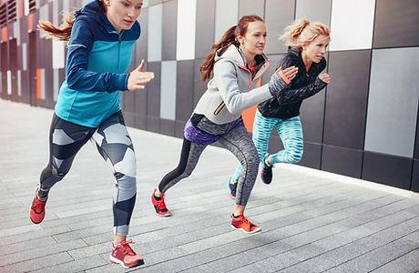 Athetic kvinner sprint