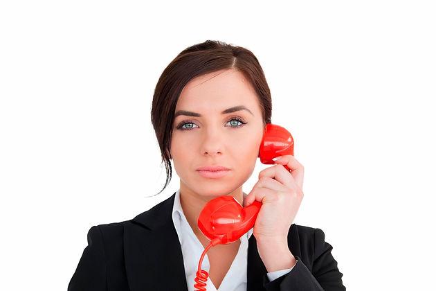 Женщина с телефоном в руках