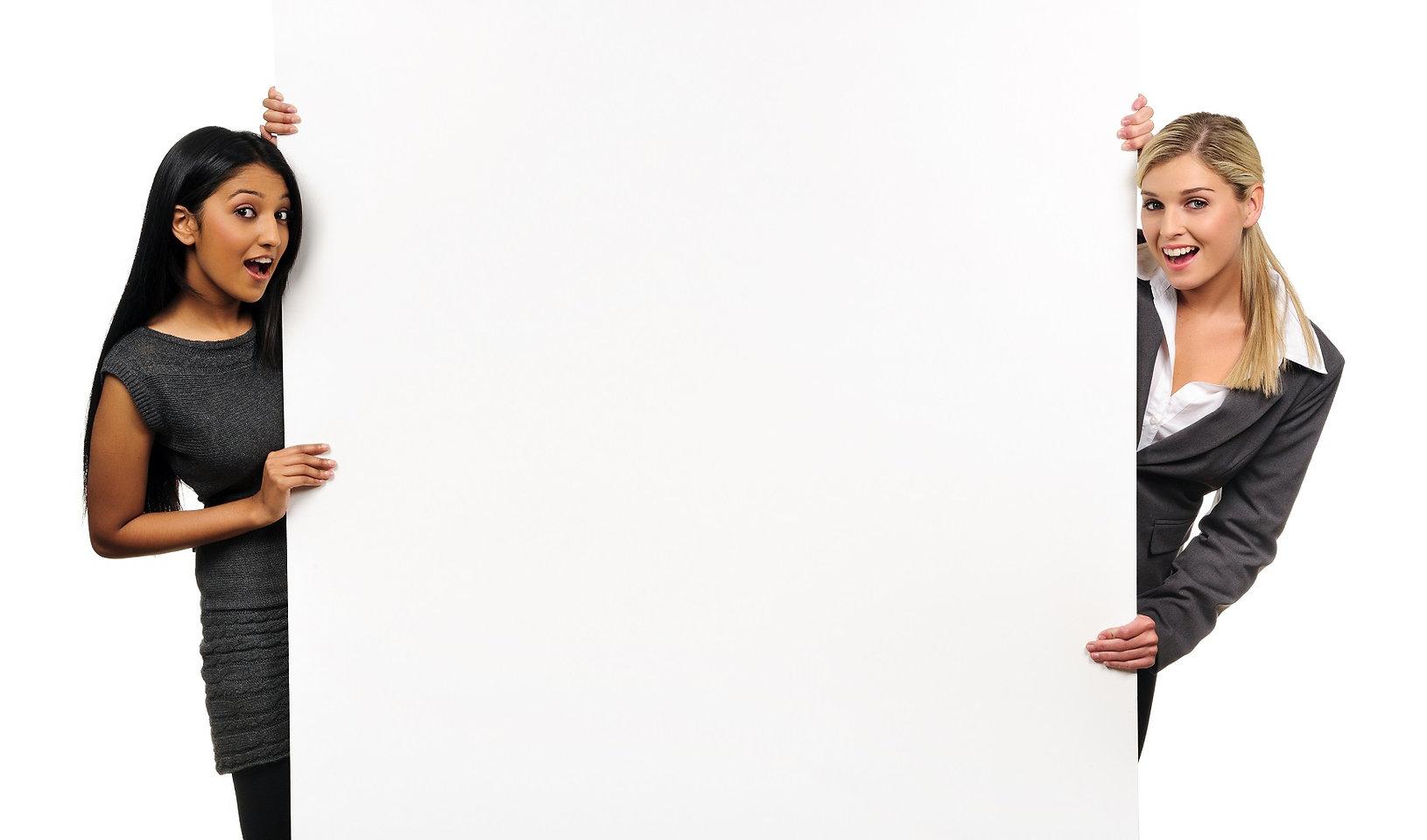 Две девушки демонстрируют преимущества стоматологической клиники Лечим зубы Москва