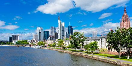 Frankfurt Skyline mit Main.jpg