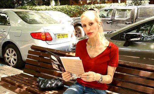 איריס כליף – עם הספר 'בת אלוהים' | 'חדרים-בית הוצאה לאור' - צילום: יאיר בן־חיים