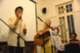 הזמרת רחלי וולשטיין מלווה בנגינה את הזמר יותם ייני
