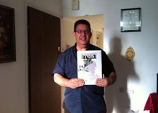 יאיר בן־חיים עם שער גיליון מס' 1 של כתב-העת 'המסדקון' - אוקטובר 2015