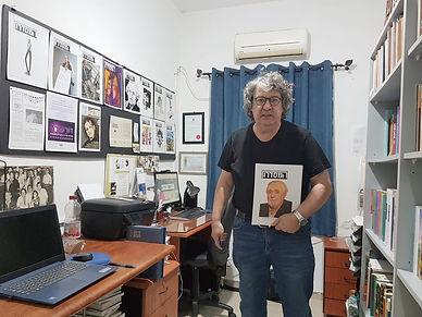 יאיר בן־חיים עם גיליון 12 של כתב-העת המס