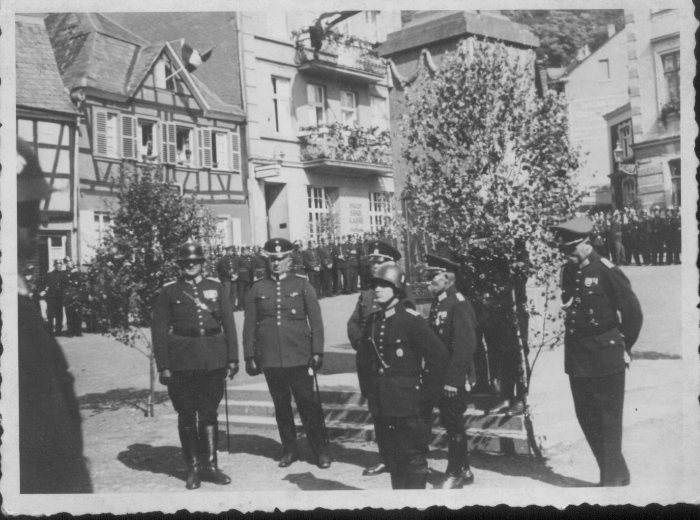 Ehrenformation am Kastenholzbrunnen