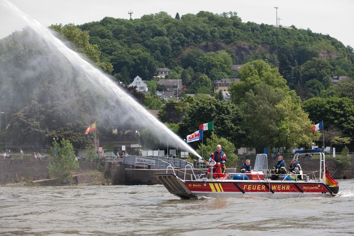 Mehrzweckboot auf dem Rhein