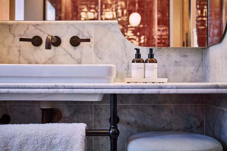 lostpoet-salon-bathroom
