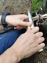 ナイフは利き手で持ち、もう片方の手で押すように削ります。