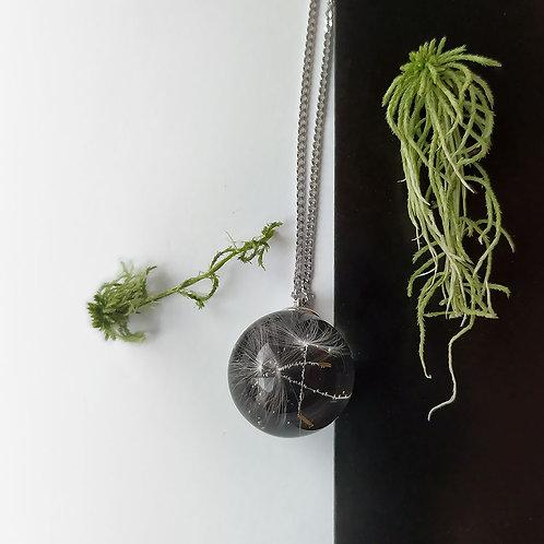 Колье со сферой из ювелирной смолы с пушинками одуванчика, арт. 16-0100-26
