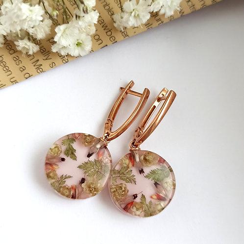 Золоченые серьги с цветочной композицией