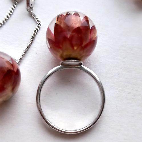 Кольцо с красно-бордовым гелихризумом
