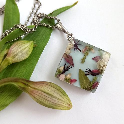 Кулон из серебра и цветочной композицией на голубом