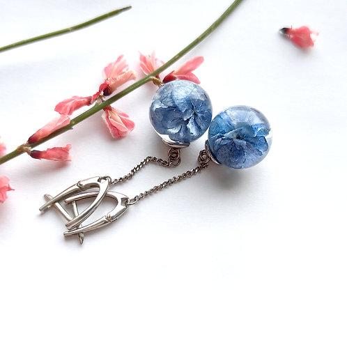 Маленькие серьги на цепочках с голубой гортензией