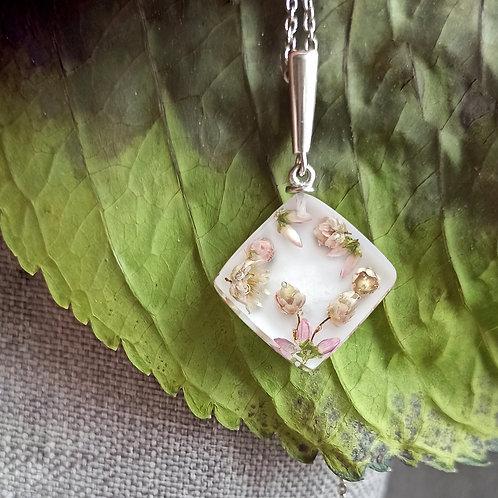 Серебряный кулон с кубиком настоящих цветов