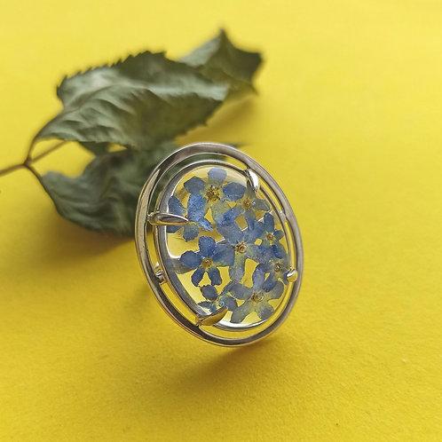 Яркое крупное кольцо с незабудками