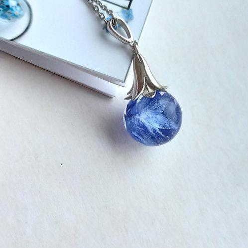 Серебряное колье с лепестками ярко-синего василька