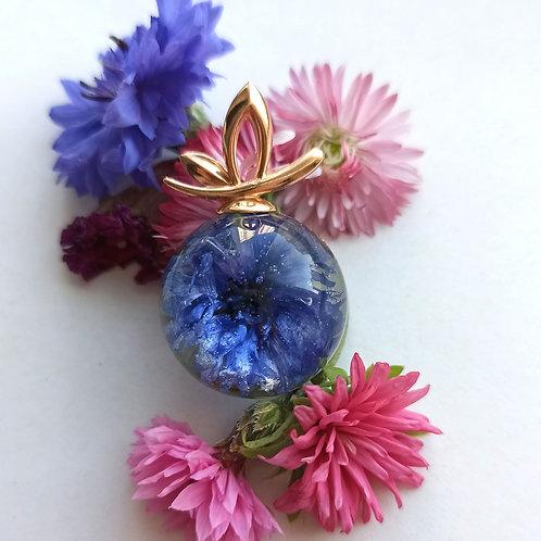 Кулон с цветком василька