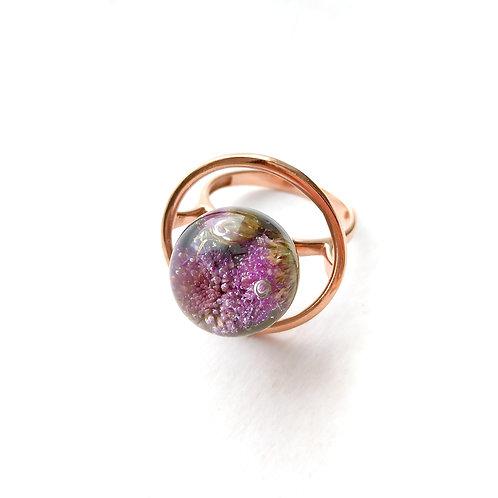 Розовое серебряное кольцо с агератумом