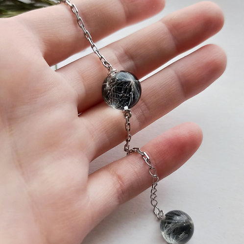 Строгий серебряный браслет с пушинками на чёрном