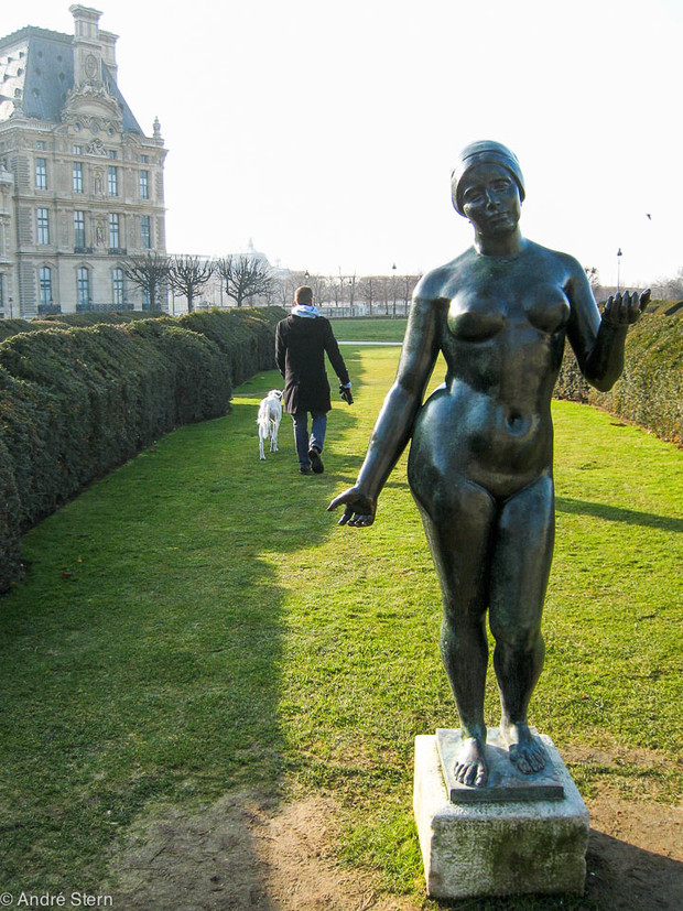 Man walking dog by Maillol's scupture
