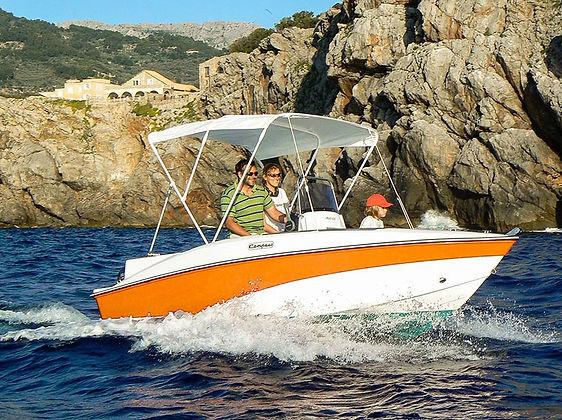 Astec proovedor oficial de las zodiac de alquiler sin carnet en Ibiza, de IbizaWinds. Han diseñado este modelo especifico para alquiler sin carnet. Disponen de capacidad para 5 personas. puedes alquilarlas en IbizaWinds