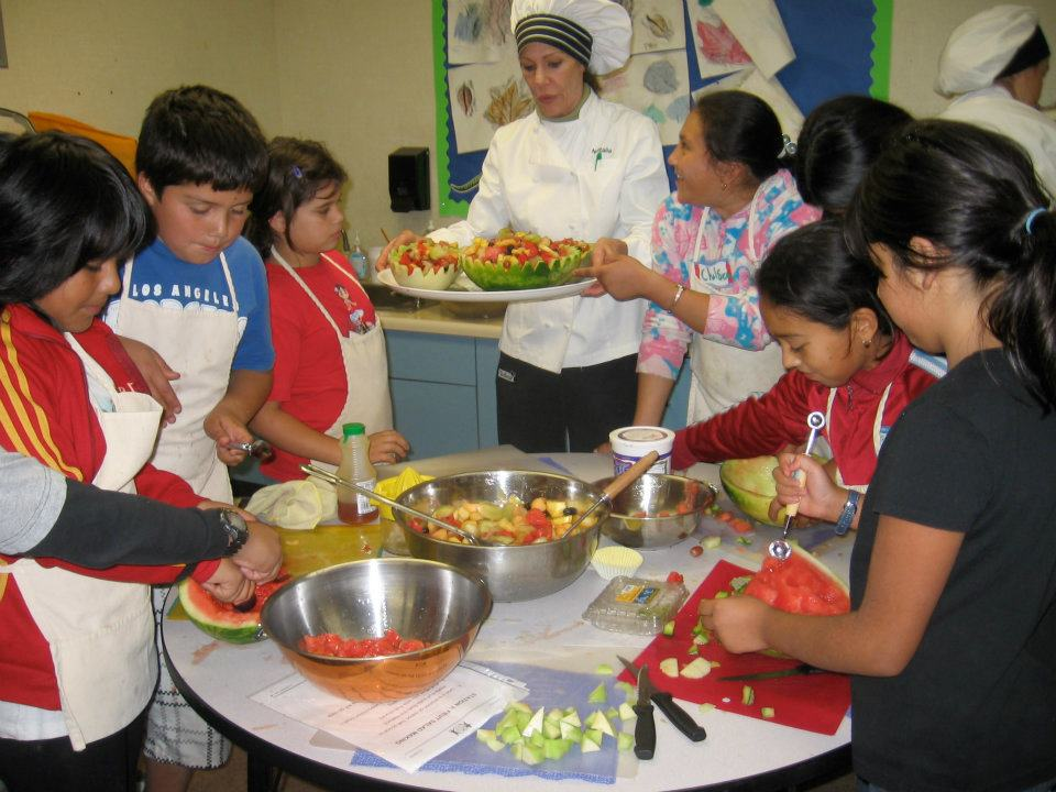 7 kids and a nutrition education teacher in a nutrition education class