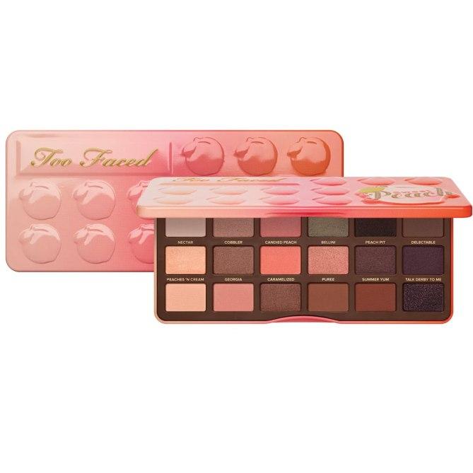 Los tonos mate y con brillo de esta paleta la han convertido en una de las más populares entre las vlogueras. Sweet Peach Eyeshadow Collection, de Too Faced. $49. Toofaced.com.