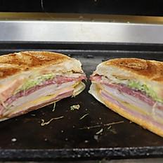 Pavo, Jamon, Salami (Turkey, Ham, Salami Sandwich)