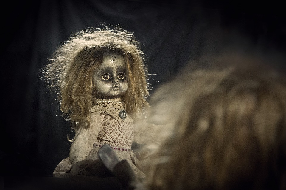 muñeca viendose al espejo